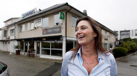 NY: Ingebjørg Ullensvang Haavik står bak åpningen av Cafè Nelly på Avaldsnes.  Nelly er både navnet til mannens bestemor og deres 13 år gamle datter.