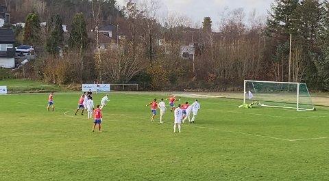 MISBRUKT STRAFFESPARK: På stillingen 0-0 misset Vard-kaptein Roy Miljeteig straffespark mot Arendal. Foto: JOAKIM ELLINGSEN