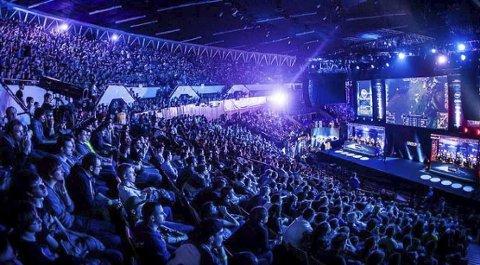 STORT: E-sport blir stadig større verden over. Konkurransene foregår ofte i store saler eller stadioner, og trekker et stort antall publikum og deltakere. Foto: Privat
