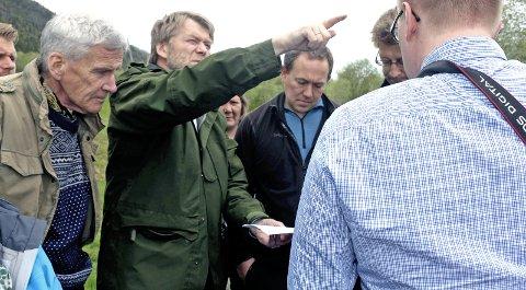 BEFARING: Morten Selnes fra Norconsult (midten) viser underdirektør i OED, Tellf Taksdal, og ekspedisjonssjef i OED, Per Halvor Høysveen, hvor vindmøllene på Øyfjellet vil være. Foto: Pål Leknes Hanssen