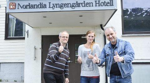 Åpner dørene: I morgen, fredag, åpner denne gjengen det nye hotellet. Fra venstre Svein Kleiven, Maria Lian Mullins og Roar Møller. Foto: Toril Risholm.