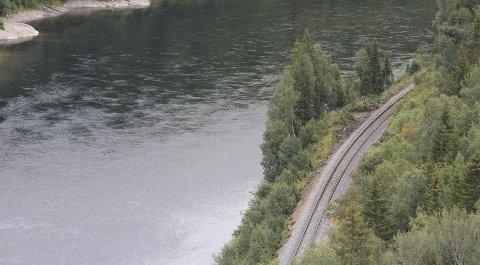 Dødens spor: Hundrevis av reinsdyr har blitt maltraktert av toget mellom Mosjøen og Laksforsen. Her ser vi jernbanesporet like ved Øksendal i Vefsn. Foto: Jon Steinar Linga