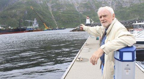 Her: Jim Nerdal understreker at alt fiske er forbudt sør av ei tenkt linje som går fra ytterste kai på Alcoa og over til Marsøra på den andre siden av fjorden. Foto: Jon Steinar Linga