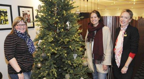 GAVE FRA HOTELLET: Fru Haugans hotel gir 10.000 kroner til En gave til jul.                                                                                                               Fra venstre Ranveig Lauritzen, Jeanette Haugland og Ellen Løvold Strand. FOTO: TOR MARTIN LEINES NORDAAS