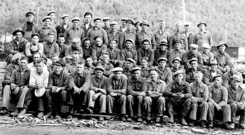 Tvangsarbeid: Mennene på bildet ble beordret til å bygge for tyskerne. De fleste hadde tilhørighet til Vefsn. Er det noen som kjenner noen av karene vil vi gjerne ha beskjed.
