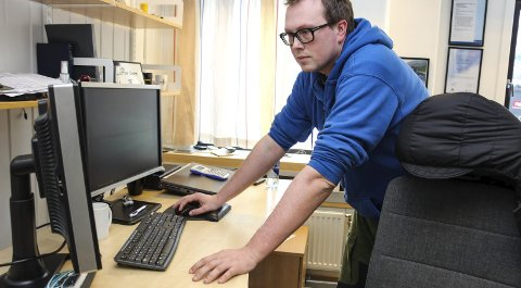 GODT I GLASSET: Gunnar Nilsen i KNAS innrømmer at han bevilget seg en liten dram da de var klart at KNAS vant fram i KOFA. Foto: Rune Pedersen