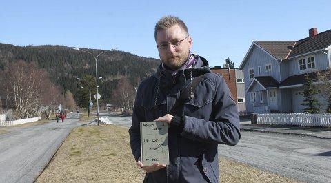 I gaten: Mosjøværing Håvard Nilsen gir ut boken «Litt som den sangen», og står her i Håreks gate, som har gitt navn til et av kapitlene. foto: benedicte wærstad