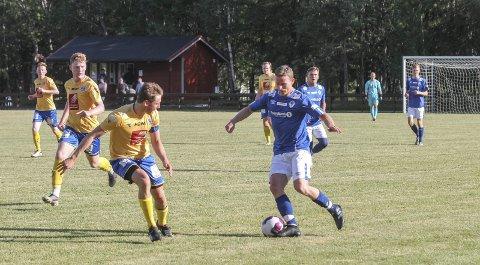 TO ÅR SIDEN SIST: Eirik Høgseth har ventet nesten to år på å spille kamp, og det så ut som han koste seg. To scoringer ble det på Eirik. Her i kamp med SILs Daniel Anfindsen.
