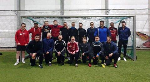 Lagbilde av den nystartede fotballklubben FK Hansjordsnesbukta. Nå trenger de sponsorer!