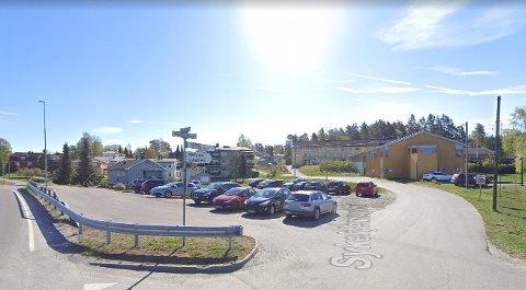 Kommunen mener at denne parkeringsplassen i Hemnes sentrum, er det mest egnede stedet å bygge nye omsorgsboliger. Foto: Googlemaps