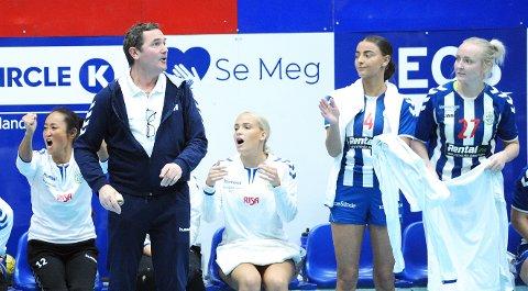 GODT I GANG: Trond Knutsen er ny trener for Nærbøs damelag. Etter en treg start i september, som forventet, har laget vunnet sine tre siste kampene. Spillerne på bildet er Stine Ree (f.v.), Karoline Marie Dyrli Djuve, Ingvild Hellesø Byberg og Stine Olseth.