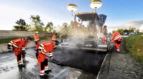 MER ASFALT: I forbindelse med budsjettbehandlingen ble det bevilget 400 millioner kroner ekstra til asfaltering av fylkesveier. Ill.foto: Statens vegvesen