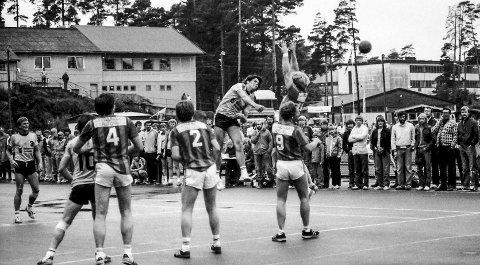 Kragerø-lekene tidlig på 80-tallet: Sommerens store høydepunkt var tidligere de årlige Kragerø-lekene på Stadion. Bildet viser en av Kragerøs store spillere, Bjarne Sten Jørgensen, som på den tiden også spilte på det norske herrelandslaget i håndball. Det var ikke bare, bare å spille håndball utendørs. På denne tiden var håndball for lengst blitt en innendørs idrett. Det kunne være greit å spille håndball ute når været var bra og solen skinte, men i regnvær kunne det bli direkte farlig.