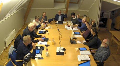 AVSTEMMING: Høyres Reidar Skoglund og Rødts Ole André Enggrav forholdt seg i ro, mens resten av formannskapet stemte imot å ta havbruksområdet i Stølefjorden ut av kommuneplanen nå.