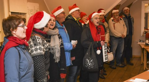 JULESTEMNING: Kragerø kantori sørget for god stemning med en britisk julesang under budsjettdebatten i kommunestyret i forrige uke.