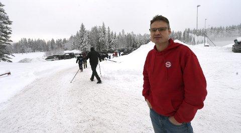 GLEDER SEG: Pål Fløtaker, lederen i Svene IL, ser fram at det kommer ny svømmehall og ny idrettshall i området bak ham på Stevningsmogen.FOTO: OLE JOHN HOSTVEDT