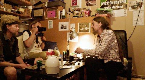 DOKUMENTAR: Ulf Myrvold med kamera, kollega  Laara Stinnerbom - og filmens hovedperson Peps Persson.