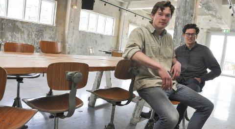 Historie: Andreas Hjelle (t.v.) og Mats Alfsen er 90 prosent ferdige med første etasje i Trevarefabrikken i Henningsvær. Stolene de sitter på er gamle rekepiller-stoler som står på samme plass som for 70 år siden forteller de.