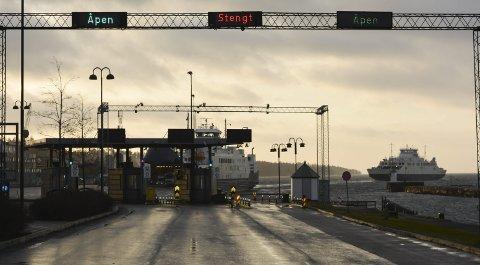 Skiltene avdukes søndag morgen: Bastø Fosen har gjort alt klart for betaling med Autopass, men vil samtidig beholde en billettluke. Foto: Torgeir Snilsberg