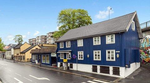 TIL SALGS: Denne gamle bygningen i Storgata fra 1850 er ute for salg, inkludert sidebygget fra 1936.