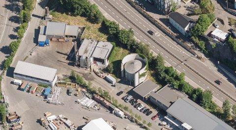 ORMSUNDVEIEN: Bekkelaget renseanlegg består at et anlegg inne i fjellet som er de senere år har blitt utvidet. Ute på Ormsundkaia har anlegget kontor og et biogassanlegg. Nå vil kommunen starte arbeidet med å utvide dette. Foto: 1881