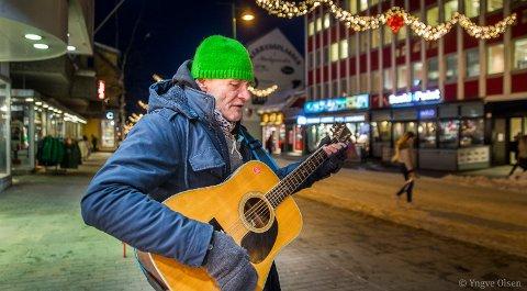 Fingrene blir kalde for en gitarist i vintertromsø. Jørn har funnet ut at hansker med frie fingertupper funker best.