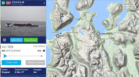 PÅ GRUNN: Her står fraktebåten Eidholm på grunn ved Ravelseidet i Nordreisa. Mannskaper satser på å komme seg av grunnen etter hvert som det flør.