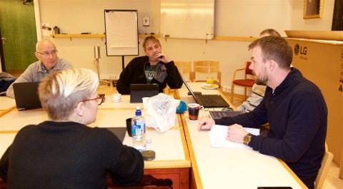 FORTSATT IKKE AVGJORT: Valgstyret i Kvænangen vedtok torsdag en endelig protokoll for valget i kommunen. En klage på stenging av et valglokale kan i ytterste konsekvens gi omvalg i Nord-Troms kommunen. F.v.: Tryggve Enoksen (SV), Roand Jenssen (SV), Eirik Losnegaard Mevik (Ap) Vera Eilertsen-Wassnes (Ap) (med ryggen til kamera).