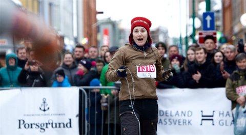 LASSOLYKKE: Så glad blir en norgesmester. Maja Oline Sarre gikk til topps i lassokonkurransen.