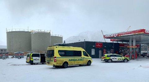 Her er nødetatene på plass ved bensinstasjonen. Foto: Leif-Morten Olaussen