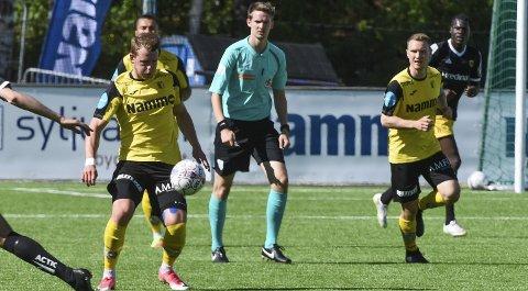 KAPTEINSBYTTE: Kristian Lønstad Onsrud (t.v) fant godformen da Håvard Nome (t.h)overtok kampteinsbindet. Foto: Marius Mykleset