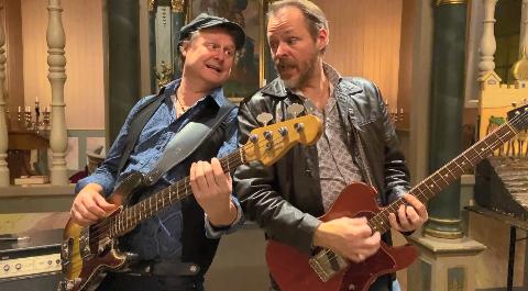 JULEROCK: Arild Steinsrud og Erik Harstad under innspillingen av julerockelåt i Hov Kirke.