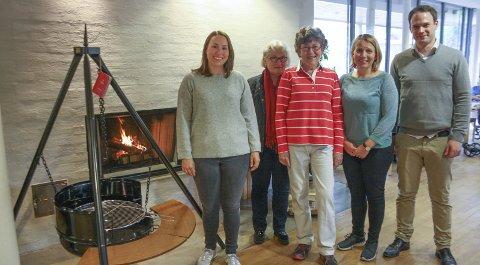 Varmende: Thea Anine Enger,(Greverud) Evelyn Fonn Aaslie og Anne Roa (husflidslaget), Vibeke Harr (Greverud) Audun Wigdel (Bjørkås) gledet seg. FOTO: VIVI RIAN