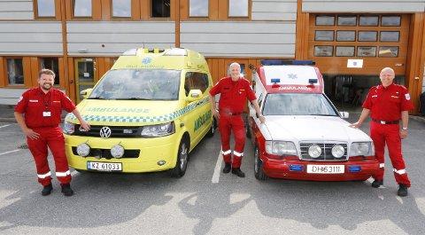 KLARE: Fra venstre Terje Horten, Stig Johannessen og Christian Børresen med en ny ambulanse og en gammel, god traver fra 90-tallet. BEGGE FOTO: STIG PERSSON