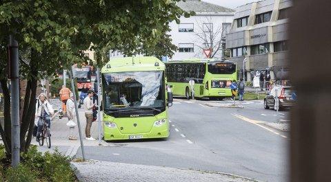 MATPAKKE: Bussene mater togpassasjerer inn til Ski stasjon.