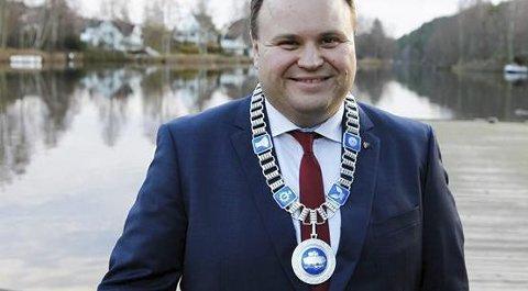 KJEDEGAVE: Thomas Sjøvold med Oppegårds ordførerkjede, som også skal være kjede for Nordre Follo kommune. foto: Oppegård kommune