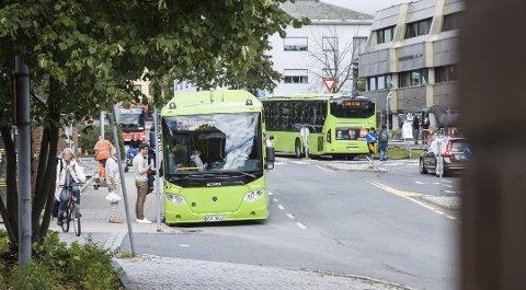 SLÅTT NED PÅ BUSSEN: Ifølge tiltalen skal 19-åringen fra Ski ha blitt slått ned på 510-bussen natt til søndag 20. januar i år.
