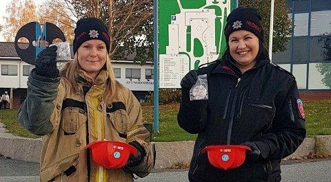 ALLTID PÅ JOBB FOR ANDRE: Mari Hovland og Rannveig Fladmoe i Follo Brannvesen sin forebyggende avdeling delte ut reflekser til ungdommer på blant annet Ås ungdomsskole.