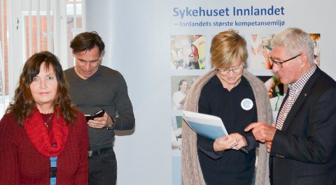 BEKYMRET: Ansattrepresentant Marianne Nielsen (til venstre) i Sykehuset Innandet-styret er bekymret for at det i 2018-budsjettet er lagt opp til høyere aktivitet med færre ansatte. Øvrige personer på bildet er Ove Talsnes, Ellen Henriette Pettersen og Tor E. Berge. (Foto: Bjørn-Frode Løvlund)