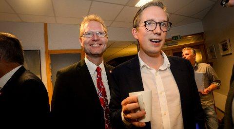 SMILTE: Tor André Johnsen, Frp og Kristian Tonning Riise fra Høyre smilte bredt etter prognosen som kom klokken 21.00.