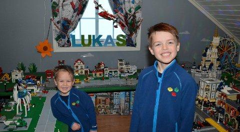 I LEGOPARADISET: Lukas (8) har det reneste Lego-paradiset på rommet sitt, noe også broren Emrik (4) setter stor pris på. (Foto: Bjørn-Frode Løvlund)
