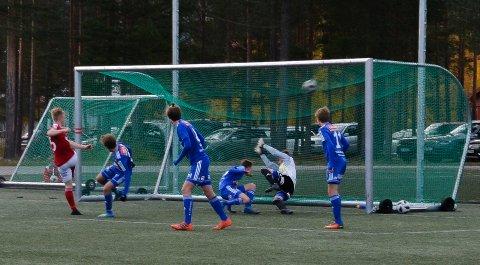 SPIKEREN I KISTA: Her setter Fredrik Grue Mælen spikeren i Alvdal-kista mot Alvdal sist søndag. Onsdag tapte Alvdal igjen 6-0 - denne gangen mot Nidelv.