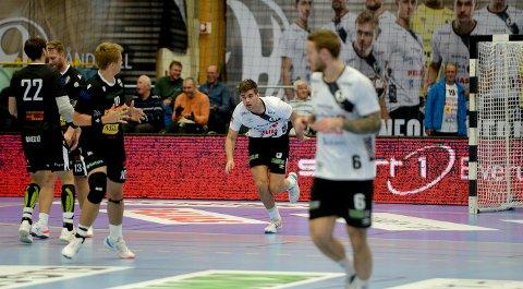 I 50: Kristian Hübert Larsen fikk æren av å sette inn Elverums 50. mål for kvelden. Og det var to Sandefjord-gutter som gjorde kvelden til en komplett fiasko for sine bysbarn. Det var nemlig Simen Holand Pettersen som serverte Hübert Larsen den siste ballen.