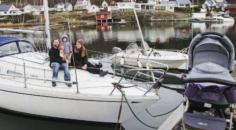 Ligger alltid klar: Seilbåten «Milla» er Kjell, Lise og Livs (2,5) flytende hjem, og ligger ute hele året i Kjøpmannskjær, klar for tur. Liv var ute i båt første gang fem dager gammel. I vogna ligger Jens, men siden han ble født i høst til mye regn og vind, har han fortsatt båtlivet å se fram til. Foto: Nina Therese Blix