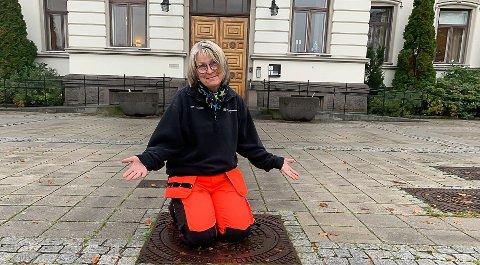 KONTROLL: Parksjef Anne Humborstad har kontroll på julegrana.