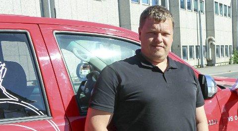 SIKKERHET FØRST: Bydrift-leder Thomas Nøklegård sier at ikke alle fastboende ved Brønnstadbukta er like glad for at badegjester parkerer langs fylkesveien, og at de må rydde opp.