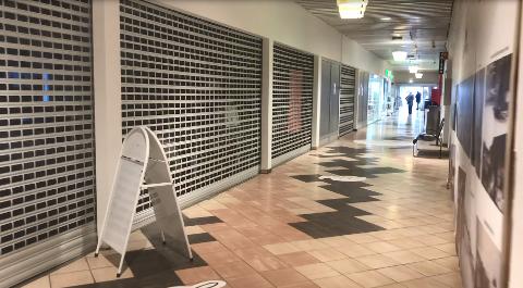 TOMT: Foruten de fire butikkene ved hovedinngangen, er det tomt i senterets første etasje.