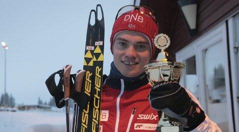 Årets vinner: Fredrik Gjesbakk fikk utdelt pokalen på Skillevollen. Det er en arena hvor han har hatt svært mange treningstimer. At NM 2017 ikke gikk som Gjesbakk hadde planlagt var en av få nedturer forrige kalenderår. Foto: Stian Forland