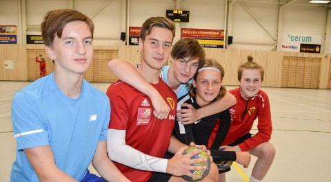 KLAR: Her er omtrent halvparten av Ranas eneste guttelag i håndball - B&Y IL G16. Fra v. Sivert Kvitle, Marius Olsen, Emil Atle Svendsen, Jon Selfors og Jesper Pedersen.