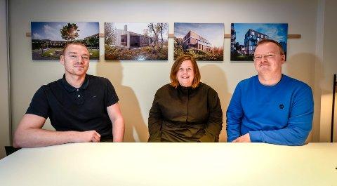 Robin Söderkvist (f.v) og Lars Kristian Sjøvold ved Tanken arkitektur, ønsker nyansatte Cecilie Johansen velkommen med på laget.